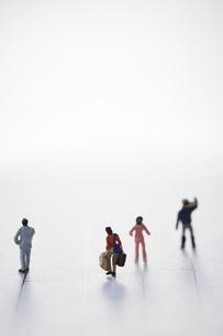 あみだくじの線上を歩き進む4人の違った人々の後ろ姿の写真素材 [FYI04483434]