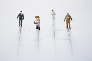 あみだくじの線の上を歩く異なる職業の人々の写真素材 [FYI04483435]