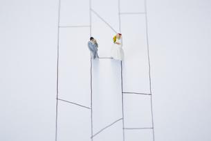 あみだくじの線の上で出会う花嫁と花婿のミニチュアの写真素材 [FYI04483438]