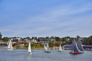 オーストラリア・西オーストラリア州のインド洋沿岸に並ぶ沢山の建物と船のある光景の写真素材 [FYI04483504]
