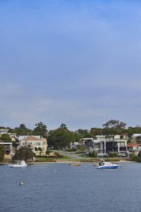 オーストラリア・西オーストラリア州のインド洋沿岸に並ぶ沢山の建物と船のある光景の写真素材 [FYI04483521]