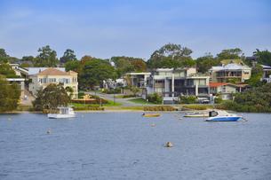 オーストラリア・西オーストラリア州のインド洋沿岸に並ぶ沢山の建物と船のある光景の写真素材 [FYI04483522]