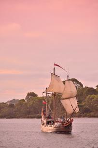 オーストラリア・西オーストラリア州の夕焼けの海を走る帆のついた観光船の光景の写真素材 [FYI04483528]