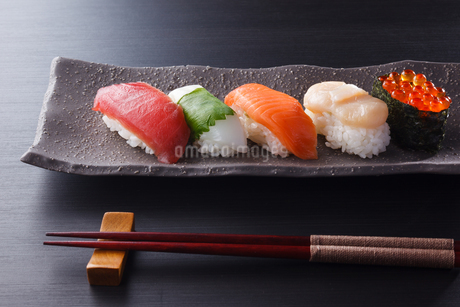 握り寿司5貫の写真素材 [FYI04483709]