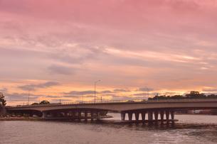 オーストラリア・西オーストラリア州のパースシティの夕焼けで赤く染まった空と橋の光景の写真素材 [FYI04483714]
