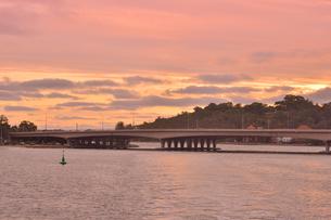 オーストラリア・西オーストラリア州のパースシティの夕焼けで赤く染まった空と橋の光景の写真素材 [FYI04483715]