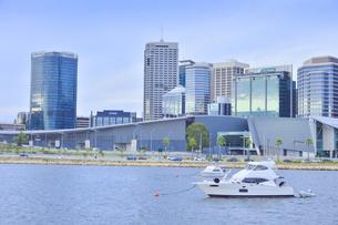 オーストラリア・パースシティの近代的な建物が並ぶエリザベス・キー周辺の船のある光景の写真素材 [FYI04483717]
