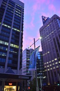 オーストラリア・西オーストラリア州のパースシティの建物が立ち並ぶ夕焼けの光景の写真素材 [FYI04483813]