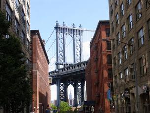 ニューヨークのDUMBO エリアから見えるManhattan bridge とエンパイアステイトビル Empire State Building アメリカ ニューヨーク州の写真素材 [FYI04483832]