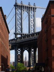 ニューヨークのDUMBO エリアから見えるManhattan bridge とエンパイアステイトビル Empire State Building アメリカ ニューヨーク州の写真素材 [FYI04483833]