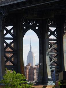 NYのDUMBO エリアから見えるエンパイヤステイトビル Empire Sate building from DUMBO の写真素材 [FYI04483834]