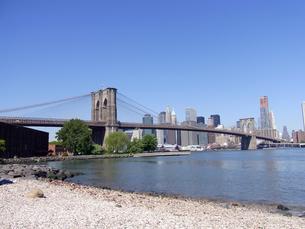 NYのブルックリン橋とイースト川 Brooklyn bridge and East river  in N.Yの写真素材 [FYI04483921]