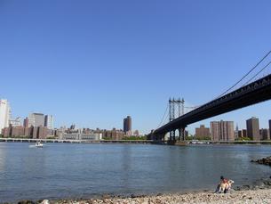 ニューヨークのマンハッタン橋とイースト川 Manhattan bridge&East river  N.Y.C  U.S.Aの写真素材 [FYI04483922]