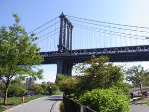 ニューヨークのマンハッタン橋とブルックリンブリッジ公園   Manhattan Bridge and Brooklyn bridge park in N.Y in U,S.Aの写真素材 [FYI04483923]