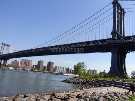 ニューヨークのマンハッタン橋とイースト川 Manhattan bridge&East river  N.Y.C  U.S.Aの写真素材 [FYI04483924]