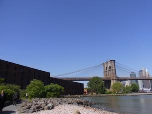 ニューヨークのブルックリン橋とイースト川  Brooklyn bridge and east river in N.Y の写真素材 [FYI04483926]
