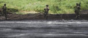 軍事演習を行う歩兵の写真素材 [FYI04483992]