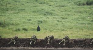 軍事演習を行う歩兵の写真素材 [FYI04483993]