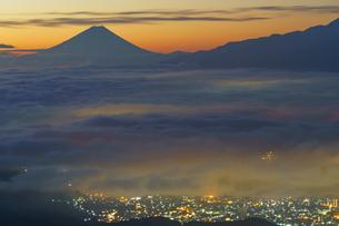 高ボッチ山から見る夜明けの雲海の写真素材 [FYI04484032]