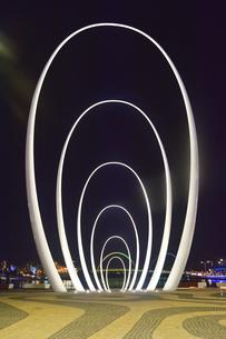 オーストラリア・西オーストラリア州のパースシテイのライトアップされた周囲の光景の写真素材 [FYI04484071]