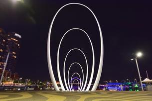 オーストラリア・西オーストラリア州のパースシテイのライトアップされたエリザベス・キー周囲の光景の写真素材 [FYI04484072]