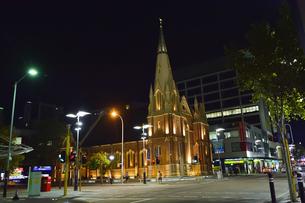オーストラリア・西オーストラリア州のパースシテイにあるライトアップされた建物と周辺の光景の写真素材 [FYI04484073]