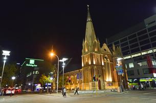 オーストラリア・西オーストラリア州のパースシテイにあるライトアップされた建物と周辺の光景の写真素材 [FYI04484074]
