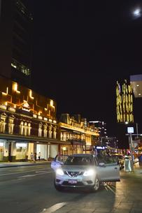 オーストラリア・西オーストラリア州のパースシテイのライトアップされた建物と周辺の光景の写真素材 [FYI04484075]