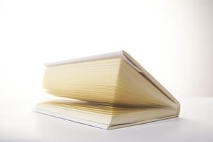 少し開いた1冊の本の写真素材 [FYI04484135]