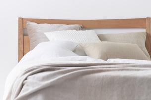 白い空間の中で正面から見たベッドの写真素材 [FYI04484232]