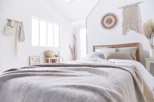 白い空間の中のベッドルームの写真素材 [FYI04484236]