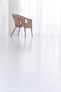 白い空間の中のラタンチェアーの写真素材 [FYI04484263]