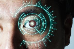 男性の目のアップとCGの目盛りの写真素材 [FYI04484331]