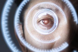 男性の目のアップとCGの目盛りの写真素材 [FYI04484332]