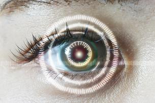 女性の目のアップとCGの目盛りの写真素材 [FYI04484333]