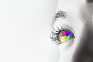 女性の虹色の目のアップの写真素材 [FYI04484335]