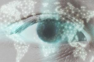 男性の目のアップの写真素材 [FYI04484337]