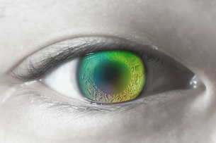女性の虹色の目のアップの写真素材 [FYI04484338]