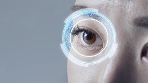 女性の目のアップの写真素材 [FYI04484349]