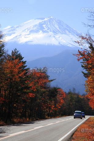 日本の道100選の富士スバルラインと日本100名山の富士山 の写真素材 [FYI04484476]