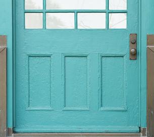 青色のドアの写真素材 [FYI04484555]