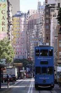 香港・ワンチャイ(湾仔)の街を行く路面電車トラム。トラムは英国植民地時代から走り続ける香港庶民の足の写真素材 [FYI04485125]