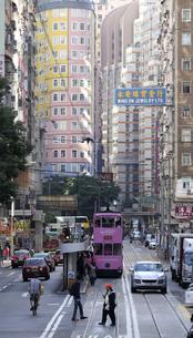 香港・ワンチャイ(湾仔)の街を行く路面電車トラム。トラムは英国植民地時代から走り続ける香港庶民の足の写真素材 [FYI04485129]