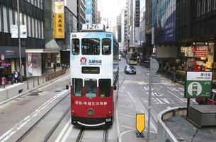 香港・セントラル地区(中環)の街を行く路面電車トラム。トラムは英国植民地時代から走り続ける香港庶民の足の写真素材 [FYI04485130]