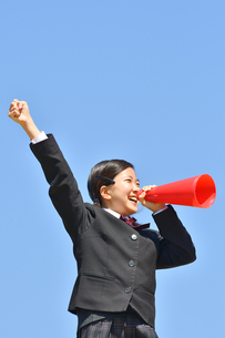 青空で応援する女の子の写真素材 [FYI04485266]