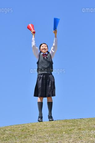 青空で応援する女の子の写真素材 [FYI04485322]