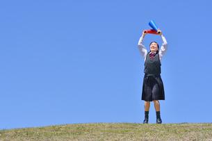 青空で応援する女の子の写真素材 [FYI04485323]