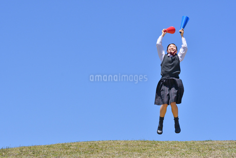 青空で応援する女の子の写真素材 [FYI04485324]