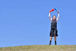 青空で応援する女の子の写真素材 [FYI04485325]