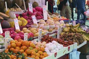 香港・旺角(モンコック/Mong Kok)の青空市場で売られる色々な種類の果物。ほとんどが、アメリカ、タイなど世界各国からの輸入品。日本のナシ、モモ、カキ、ミカンは高価だが人気が高い。の写真素材 [FYI04485352]